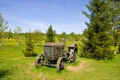 被转动的老拖拉机 免版税库存照片