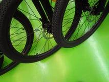 被转动的自行车在绿色地面,自行车行停放了  免版税库存照片
