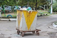被过度充填的金属大型垃圾桶 免版税图库摄影