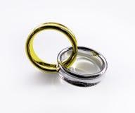 被连接的金戒指发光的银 免版税库存照片