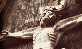 被迫害的耶稣基督一个木雕塑称呼了减速火箭 免版税图库摄影