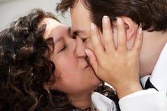 被迷恋最近结婚的夫妇 免版税库存照片