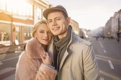 被迷恋的夫妇在日期在城市走 免版税图库摄影