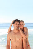 被迷恋的海滩夫妇 免版税图库摄影