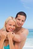 被迷恋的海滩夫妇 库存照片