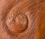 被递的被雕刻的旋转红色木纹理背景 免版税库存照片