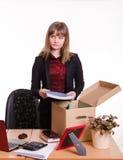 被遣散的女孩收集他的在箱子的财产 图库摄影