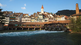 被遮盖的桥、教会、城堡和河视图在图恩(瑞士) 库存图片