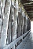 被遮盖的桥内部木材建筑 免版税库存图片