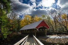 被遮盖的桥在franconia山谷国家公园 库存图片