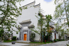 被遮蔽的中国传统建筑在晴天 免版税库存照片