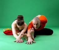 被配对的瑜伽训练 看照相机的辅导员 免版税图库摄影