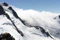 被采取的黎明轻的山峰照片紫色多雪 免版税库存照片