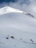 被采取的黎明轻的山峰照片紫色多雪 免版税库存图片