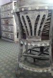 被重新装修的胸口&椅子 免版税库存图片