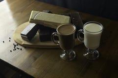 被铸造的巧克力准备在桌和牛奶饮料 库存照片
