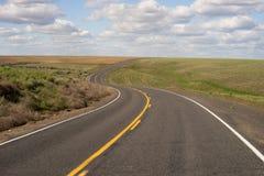 被铺的双线道路高速公路运输白色覆盖蓝色Skk 免版税库存图片