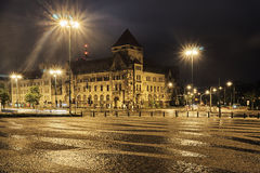 被铺的正方形和街道横穿在晚上 库存图片