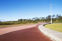 被铺的空的散步沿海风景在海滩前的 免版税图库摄影