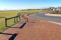 被铺的空的散步沿海风景在海滩前的 免版税库存照片
