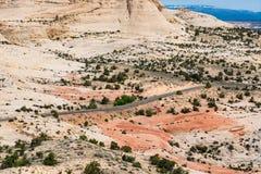 被铺的高速公路在一片贫瘠岩石沙漠在南犹他 免版税库存照片