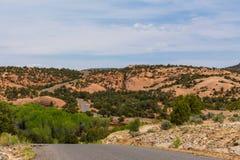被铺的高速公路在峡谷和南犹他的Mesa国家 免版税库存照片