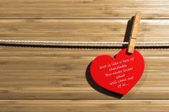 被锁上的心脏形状前面木头背景 免版税库存图片
