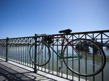 被锁定的自行车 库存图片