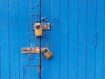 被锁定的蓝色门 库存图片