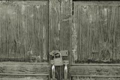 被锁的一个老门 葡萄酒样式概念 库存照片