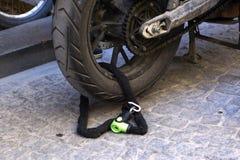 被锁的摩托车轮子 库存照片