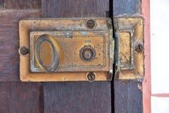 被锁的葡萄酒木门 免版税库存照片