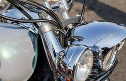 被镀铬的摩托车零件在一个晴天 免版税库存图片