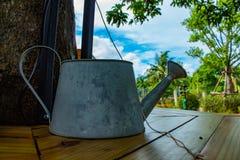 被镀锌的罐头 在桌上的灌溉水 库存照片