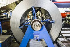 被镀锌的钢卷生产金属管子和管的工业通风系统的 库存图片