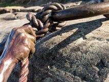 被镀青铜的手和绳索 图库摄影