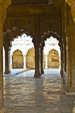 被镶嵌的大理石、专栏和私有观众的曲拱、霍尔或D 免版税库存图片