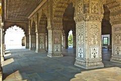 被镶嵌的大理石、专栏和私有观众的曲拱、霍尔或D 免版税图库摄影