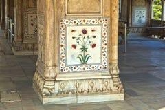 被镶嵌的大理石、专栏和私有观众的曲拱、霍尔或D 免版税库存照片