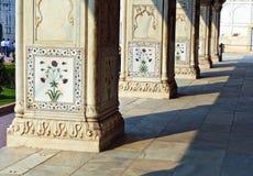 被镶嵌的大理石、专栏和私有观众的曲拱、霍尔或D 图库摄影