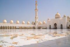 被镶嵌的珍珠母在扎耶德Grand Mosque回教族长大理石庭院里在阿布扎比,阿拉伯联合酋长国 免版税库存图片