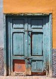 被闩上的老打破的绿色在一个被放弃的房子里关闭了门 库存图片