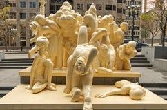 被阐明的人群雕塑 免版税库存照片