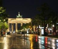 被阐明的勃兰登堡门在有反射的柏林德国 库存照片