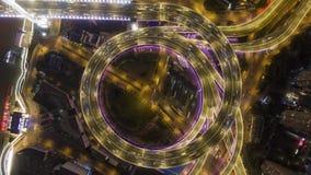 被阐明的圆南浦公路交叉点在晚上 圆形交通路口 上海,中国 空中垂直的自上而下的看法 股票录像