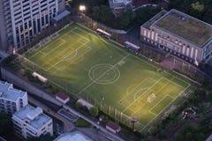 被阐明的橄榄球足球场在晚上 免版税图库摄影