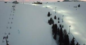 被阐明的滑雪倾斜的寄生虫鸟瞰图夜滑雪的 Monte Pora滑雪胜地 影视素材