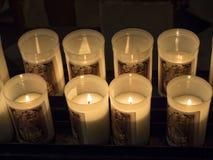被阐明的蜡烛在大教堂里 免版税库存照片