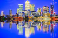 被阐明的都市风景在金丝雀码头,一个主要商业区 库存图片