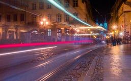 被阐明的集市广场和钟楼在晚上点燃 免版税库存照片